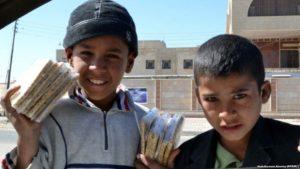 اطفال يبيعون في الشوارع